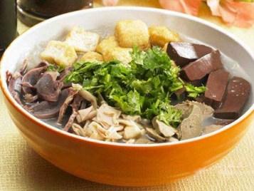 Miến tiết canh vịt: một món ăn ở Nam Kinh, miến ăn kèm với tiết canh vịt, đậu hủ, gan, mề.