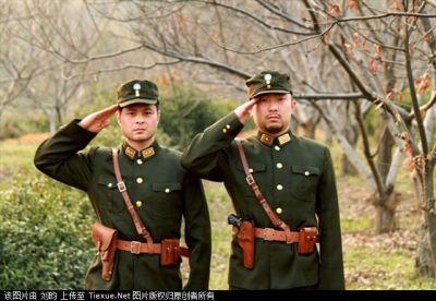 *thắt lưng vũ trang: thắt lưng của bộ đội hiện đại, dùng để treo súng và kiếm chỉ huy.