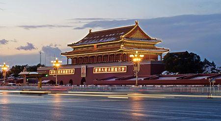Thiên An Môn là cổng chính vào Tử Cấm Thành tại Bắc Kinh. Nó nằm ở lề phía bắc của Quảng trường Thiên An Môn. Quảng trường Thiên An Môn là một quảng trường rất lớn tại Bắc Kinh. Nhiều người xem nơi đây là nơi tượng trưng trung tâm của Trung Quốc.