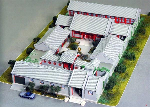 """*Tứ hợp viện: một kiểu kiến trúc nhà cổ của người Trung Quốc, xuất hiện phổ biến ở thủ đô Bắc Kinh. Kiểu kiến trúc này đặc trưng bởi một khoảng sân rộng, hình vuông, bao quanh 4 cạnh của hình vuông đó là 4 khu nhà, tạo thành một kiến trúc khép kín. """"Tứ"""" đại diện cho 4 phía Đông, Tây, Nam, Bắc; """"hợp"""" nghĩa là bao quanh. Từ trên nhìn xuống, tứ hợp viện giống như một chiếc hộp lớn do 4 cái hộp nhỏ tạo thành."""