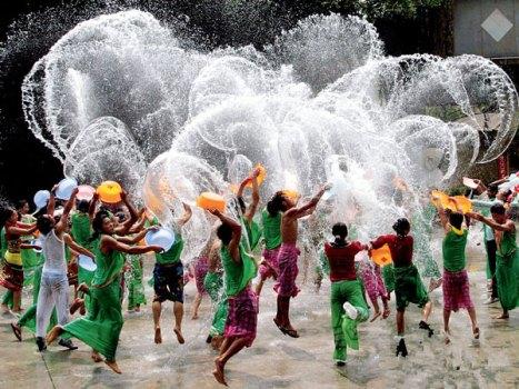 Tháng 4 hàng năm là dịp người dân Thái Lan đón chào ngày Tết cổ truyền dân tộc. Tết Songkran là một trong những lễ hội lớn nhất của người dân xứ sở chùa vàng, một trong những hoạt động chính của Tết Songkran là lễ hội tạt nước. Người Thái quan niệm rằng, tạt nước nhằm xóa đi những xui xẻo, mệt mỏi của năm cũ để đón một năm mới tươi đẹp hơn.