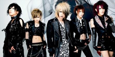 Visual Kei là một khái niệm dùng để chỉ phong cách của các ban nhạc J-Rock, thường đi kèm với lớp make-up dày cộm, tóc tai kỳ dị và trang phục lòe loẹt khoa trương.