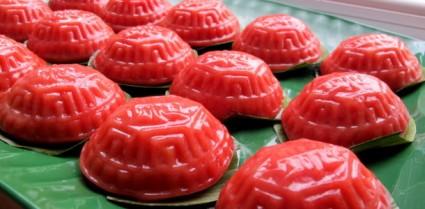 Một loại bánh hình con rùa làm từ gạo nếp và nhân ngọt bên trong, bánh có hình con rùa vì người Trung Quốc tin rằng ăn rùa sẽ sống thọ và mang đến may mắn.